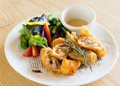 『琉球料理・島野菜 土の実』では、「アグー豚とブルーチーズのミルフィーユ豚カツ 〜特製ハチミツソース〜」